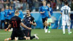 Vida y Vrsaljko se abrazan mientras Messi se retira cabizbajo. (Getty Images)