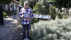 El narco Laureano Oubiña con sus memorias 'Toda la verdad', en la mano. (EP)