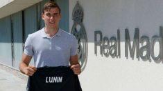 Andriy Lunin ya posa con la camiseta del Real Madrid. (realmadrid.com)