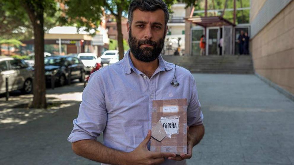El periodista Nacho Carretero con un ejemplar de su novela 'Fariña' que fue secuestrada por la Audiencia Nacional. Foto: EFE
