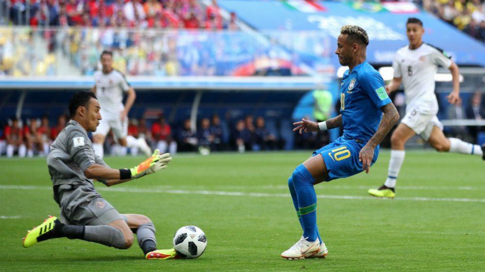 Keylor Navas le tapa a Neymar una acción peligrosa. (Getty)