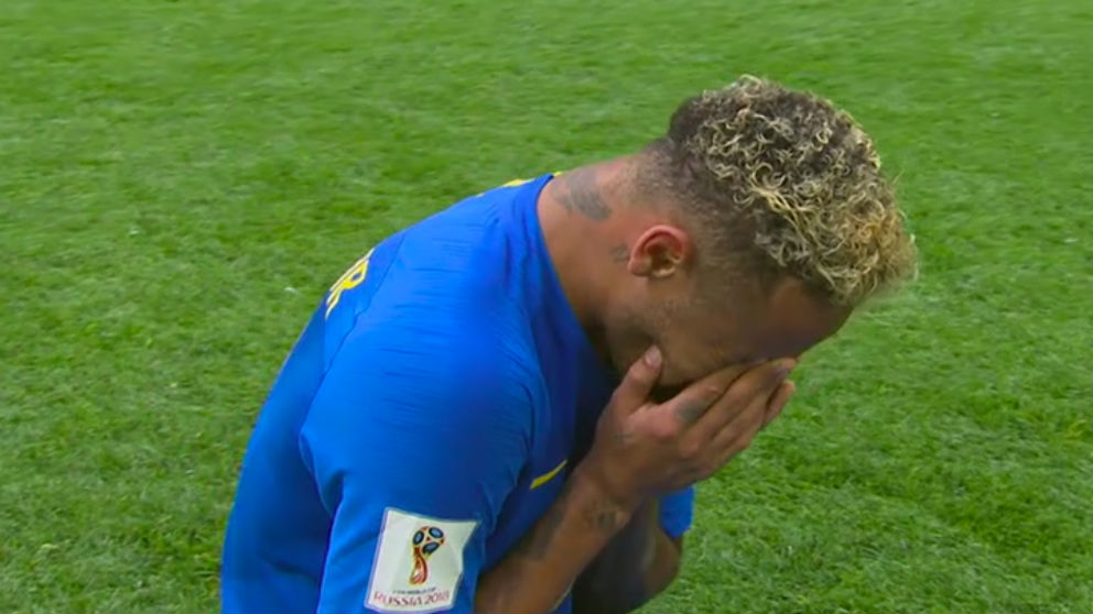 Neymar rompe a llorar tras el partido.