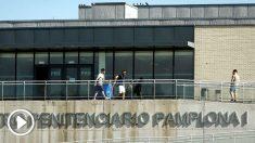 Los tres miembros de 'La manada' abandonando este viernes la cárcel de Pamplona (Foto: Efe).