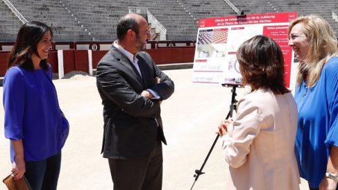 Pedro Rollán visitando las obras de Las Ventas. (Foto. CAM)