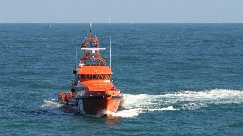 Un buque de Salvamento Marítimo en misión en el Estrecho. (EP)