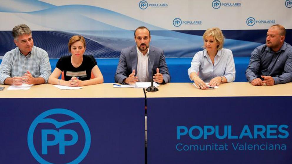 El candidato a la Presidencia del PP Elio Cabanes (c) comparece junto a su equipo en rueda de prensa en la sede regional del PPCV. Foto: EFE