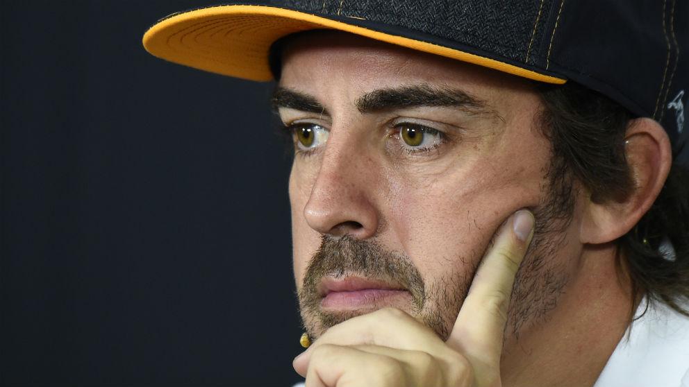 Fernando Alonso atiende a los medios en Francia. (AFP)