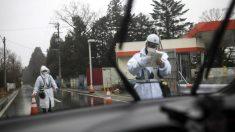 Dos agentes conprueban la documentación de un vehículo que quiere entrar en la zona de Fukushima. Foto: AFP