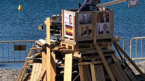 Plantan en una playa de Cadaqués una hoguera con fotos del Rey, el juez Pablo Llarena, Rajoy y Pedro Sánchez.