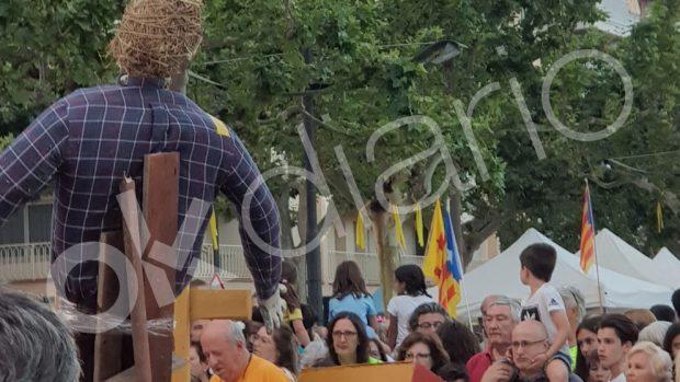 """Un pueblo de Gerona plagado de niños quema un muñeco del Rey al grito de """"¡monarquía fascista!"""""""