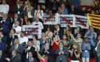 Protestas del público durante la inauguración de los XVIII Juegos Mediterráneos la tarde del viernes en el Nou Estadi de Tarragona. Foto: EFE