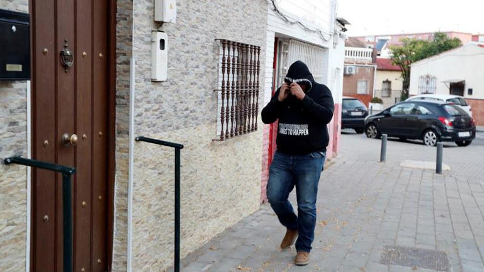 José Ángel Prenda, miembro de 'La Manada', llegando a su domicilio en Sevilla. (Foto: EFE)