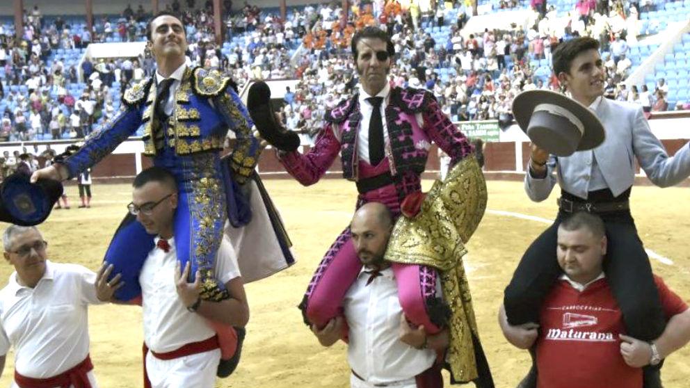 El Fandi, Padilla y Hermoso de Mendoza salen a hombros este sábado en León (Foto: Efe).