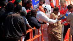 Efectivos de Salvamento Marítimo han rescatado esta mañana a un total de 289 inmigrantes cuando intentaban alcanzar las costas españolas a bordo de dieciséis pateras en aguas del Estrecho de Gibraltar y del mar de Alborán. En la imagen, una mujer embarazada en ayudada a desembarcar a su llegada al puerto de Tarifa. Foto: EFE