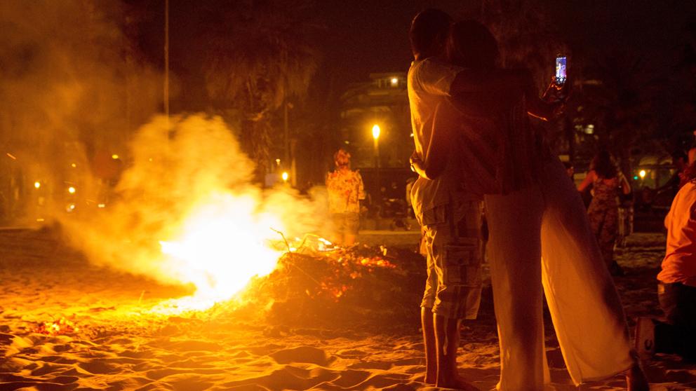 Noche de San Juan en Salou. (Foto: EFE)