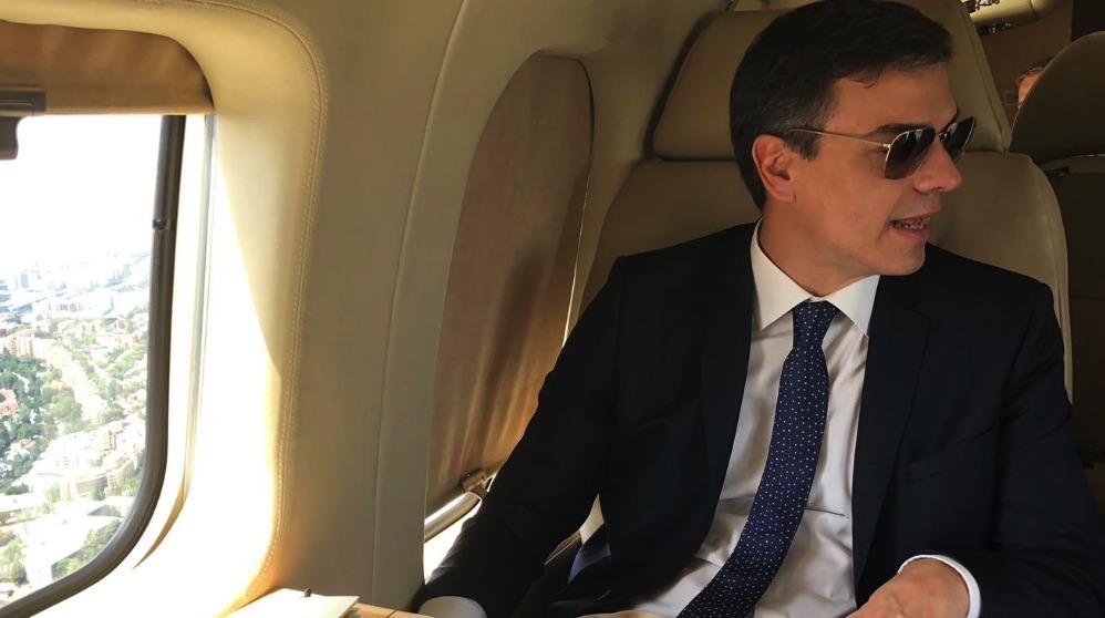 Pedro Sánchez en el avión Falcon. (Foto: Moncloa)
