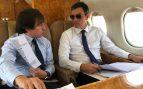 Pedro Sánchez y su secretario general de Asuntos Internacionales, José Manuel Albares, volando en una aeronave del Ejército a la minicumbre de Bruselas. (Foto: Moncloa)