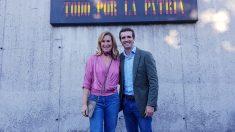 Casado y la presidenta del PP navarro, Ana Beltrán, delante del cuartel de la Guardia Civil en Alsasua. Foto: Equipo Pablo Casado