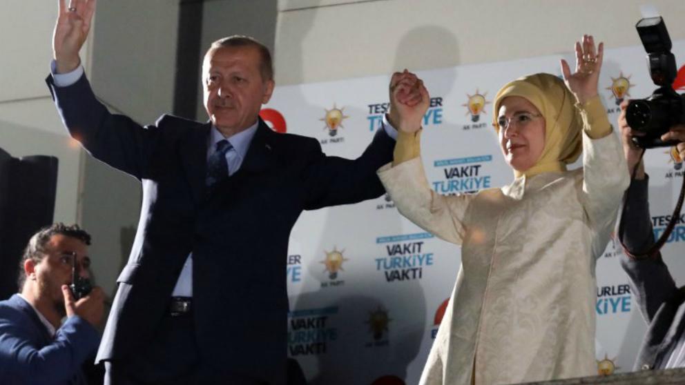 Recep Tayyip Erdogan y su mujer Emine Erdogan tras conocer la victoria de su candidatura en las elecciones de Turquía. Foto: AFP