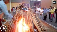 Un alcalde de la Ejecutiva del PSC, Sergi Vilamala, quemando una foto del Rey Felipe VI.