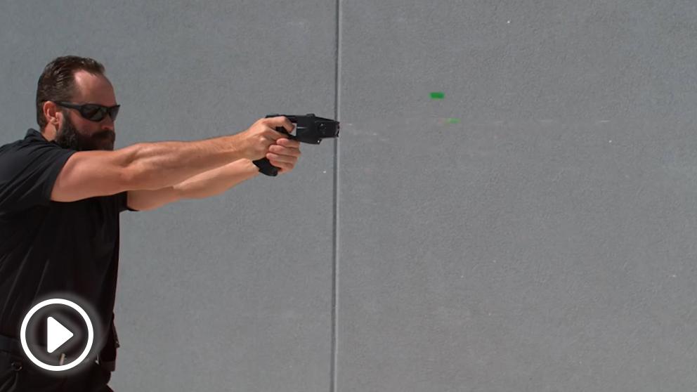 Demostración de cómo funciona  la pistola eléctrica Táser