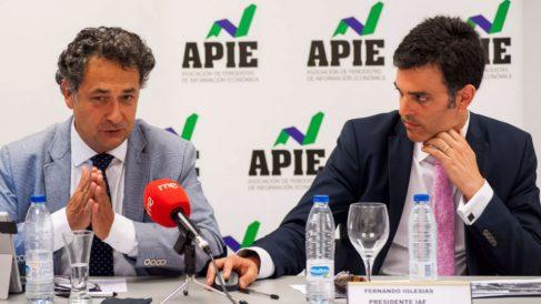 De izquierda a derecha, Julio Lesmes, vocal y portavoz de IAF, Fernando Iglesias, presidente, durante la jornada sobre investigación aduanera y fiscal organizada por la APIE.