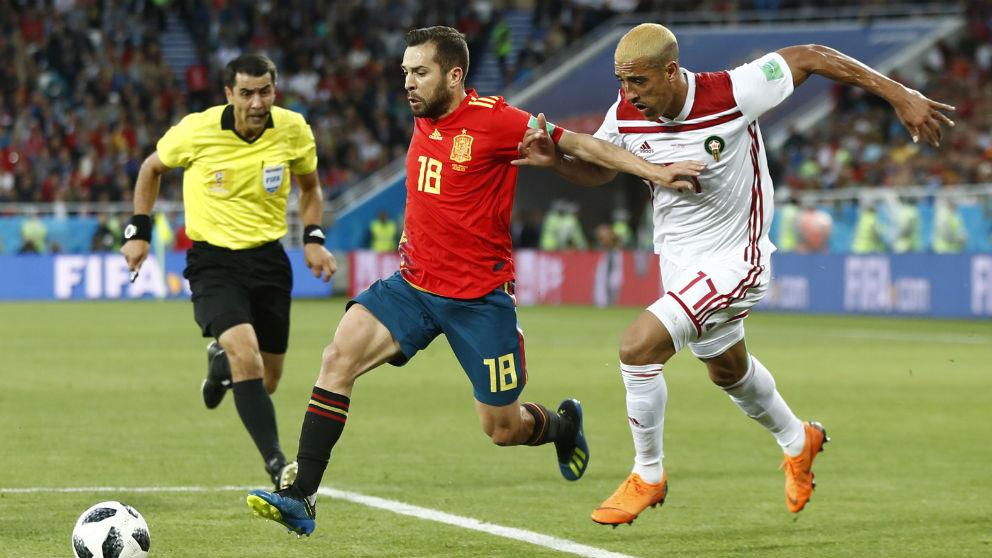 Jordi Alba disputa un balón en el partido contra Marruecos. (Sefutbol.com) | España – Marruecos