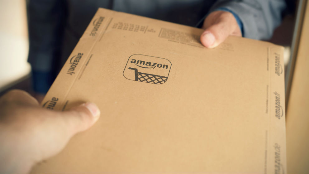 Mensajero entrega un paquete de Amazon (Foto: iStock) | Amazon Prime Day 2018