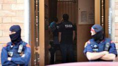 Agentes de los Mossos d'Esquadra en una operación. (Foto: EFE)