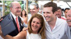 Una simpatizante del PP se hace un selfie con Pablo Casado. (Foto: EFE)