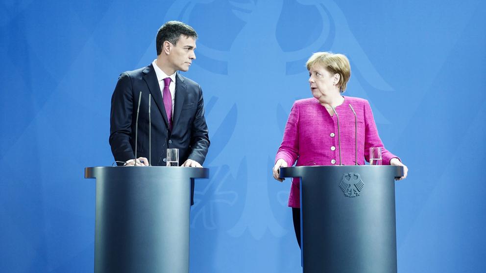 Pedro Sánchez y Angela Merkel. (Foto: AFP)