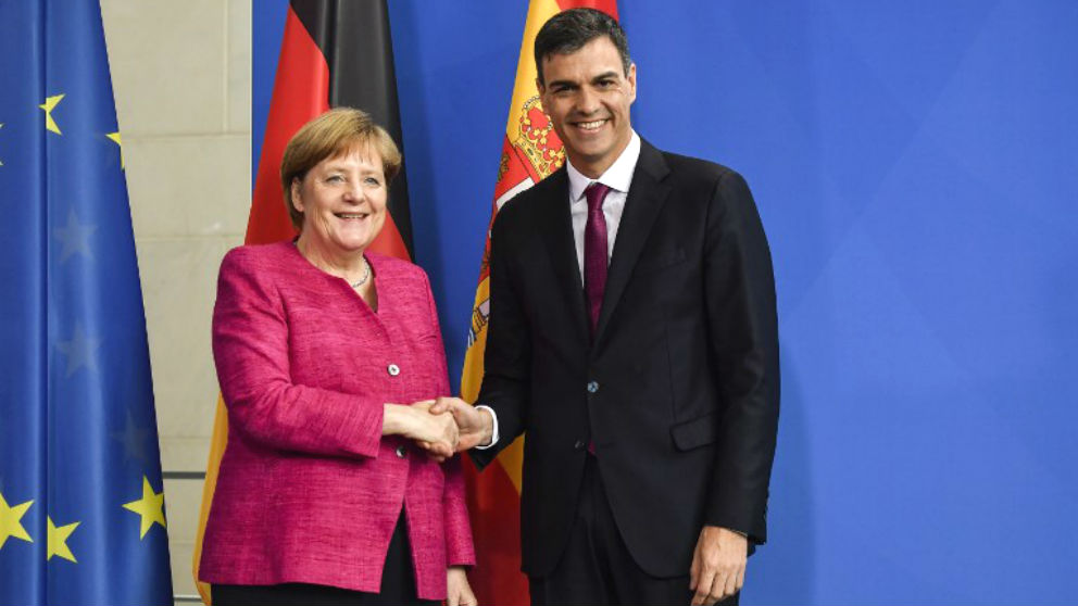 El presidente del Gobierno, Pedro Sánchez, junto a la canciller alemana Angela Merkel