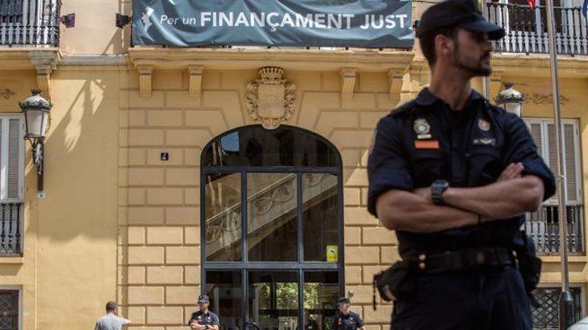 Agentes de Policía en la Diputación de Valencia durante la 'Operación Alquería' (Foto: Efe).