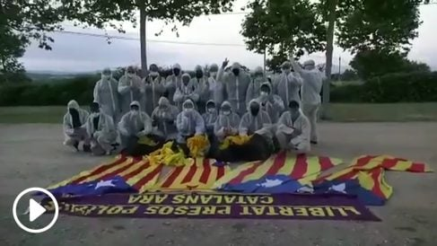 Una patrulla españolista retira propaganda separatista con trajes NBQ