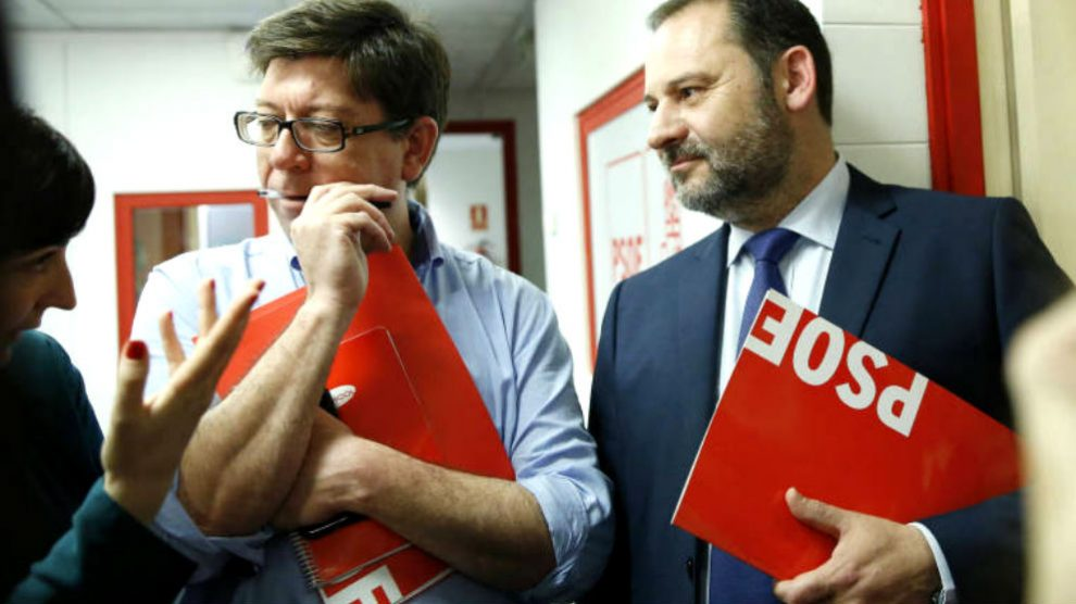 El nuevo director de Análisis y Estudios de La Moncloa, Francisco Salazar, junto al ministro de Fomento, José Luis Ábalos.