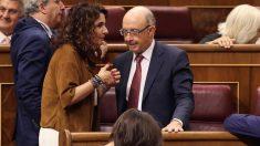 La ministra de Hacienda, María Jesús Montero, conversa con su antecesor, Cristóbal Montoro.