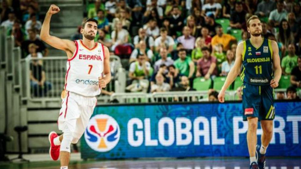Jaime Fernández celebra un triple de España en Eslovenia. (FIBA)