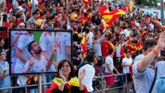La afición de España celebra un gol en Barcelona. (EFE)