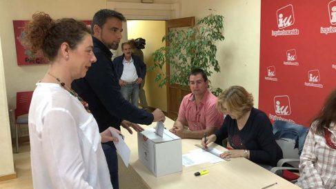 Militantes de IU votando.