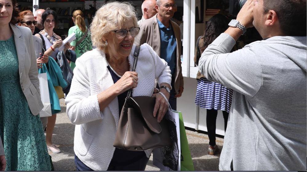 Manuela Carmena agarrando su bolso. (Foto. Madrid)
