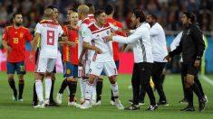Marruecos se queja al árbitro durante el partido ante España. (Getty)