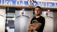 Omar Mascarell posa con el escudo del Schalke 04.
