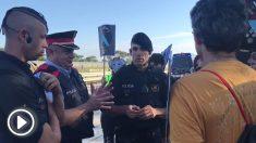 Agentes de los Mossos dialogando con los CDR para su protesta contra el Rey