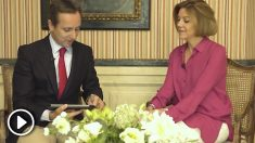 María Dolores de Cospedal siendo entrevistada por el periodista Carlos Cuesta. Foto: OKD