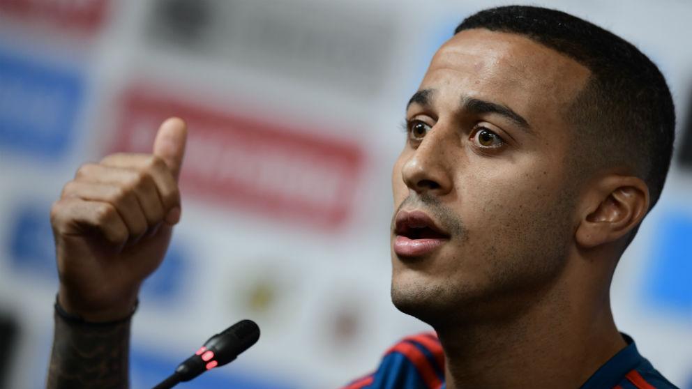 Thiago Alcántara atiende a los medios. (AFP)