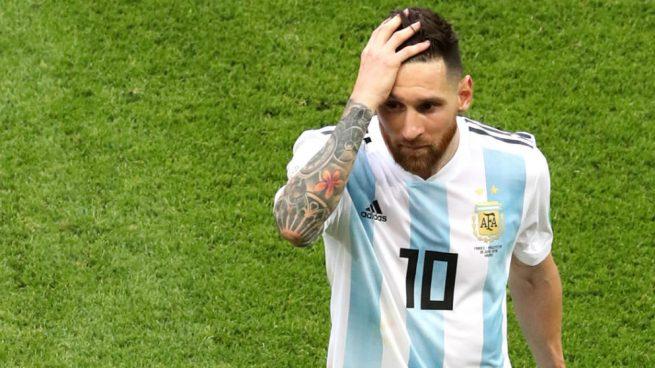 Maradona fue besado y consolado por su novia tras eliminación de Argentina