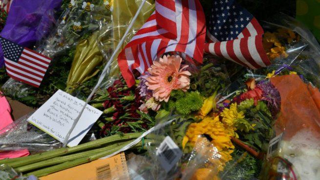 Unas flores recuerdan a los fallecidos en el tiroteo de Maryland. Foto: AFP