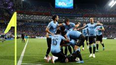Los jugadores de Uruguay celebran el 1-0 de Cavani. (Getty)