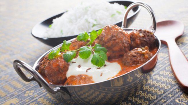 albóndigas con salsa al curry