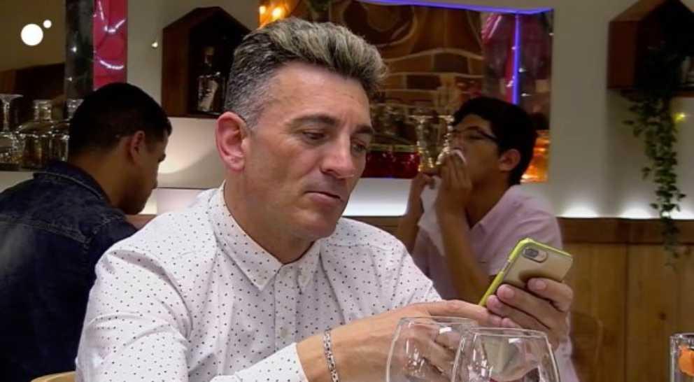 Rafa atendiendo a su seguidores de Instagram en 'First Dates'